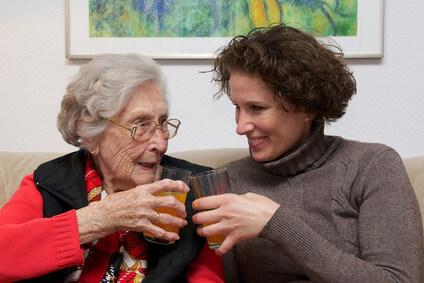 Glckliche Seniorin mit Pflegerin